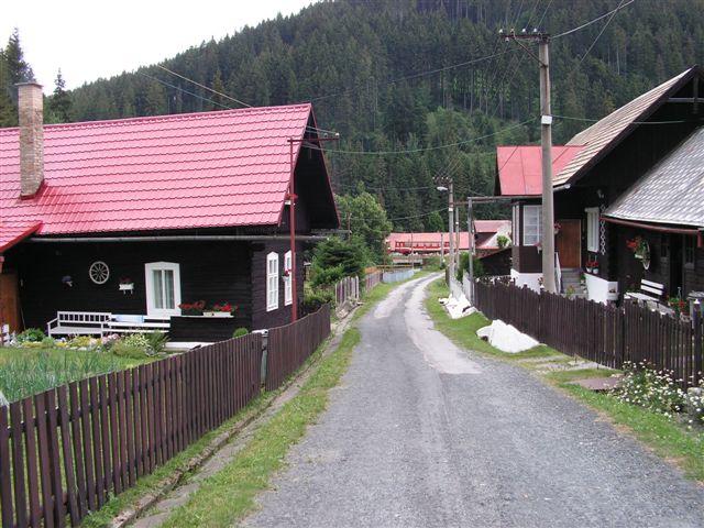 Úzke sú cestičky v okolí Rakovca