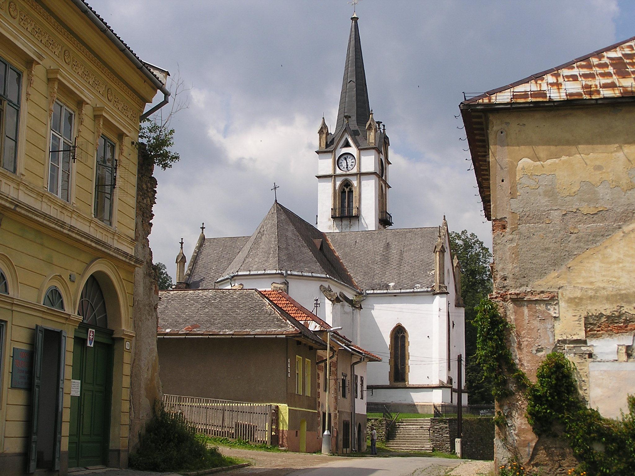 Evanjelický kostol od meštianského domu na ul. Zimnej