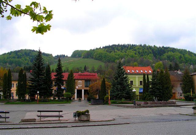 Zimná ulica z námestia